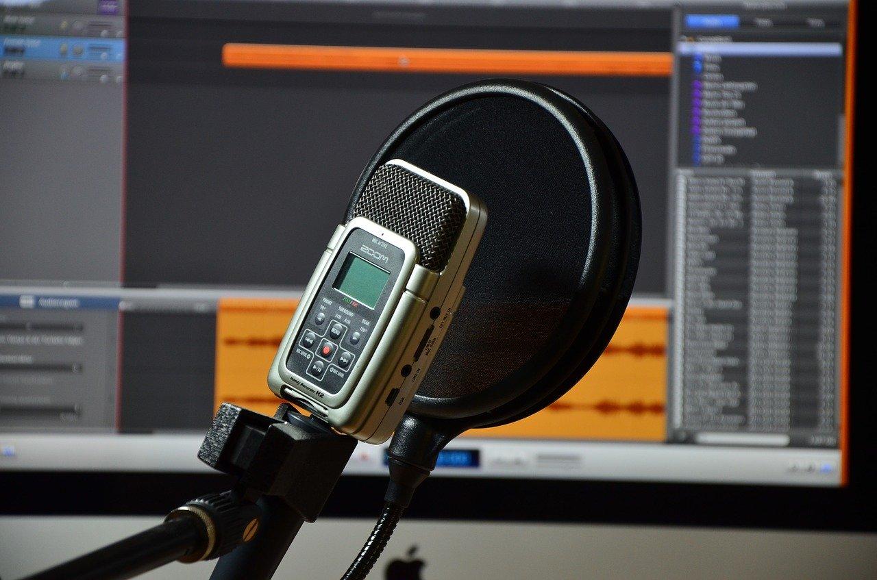 「初心者向け!声を綺麗に録音するために宅録で必要な録音機材」のアイキャッチ画像